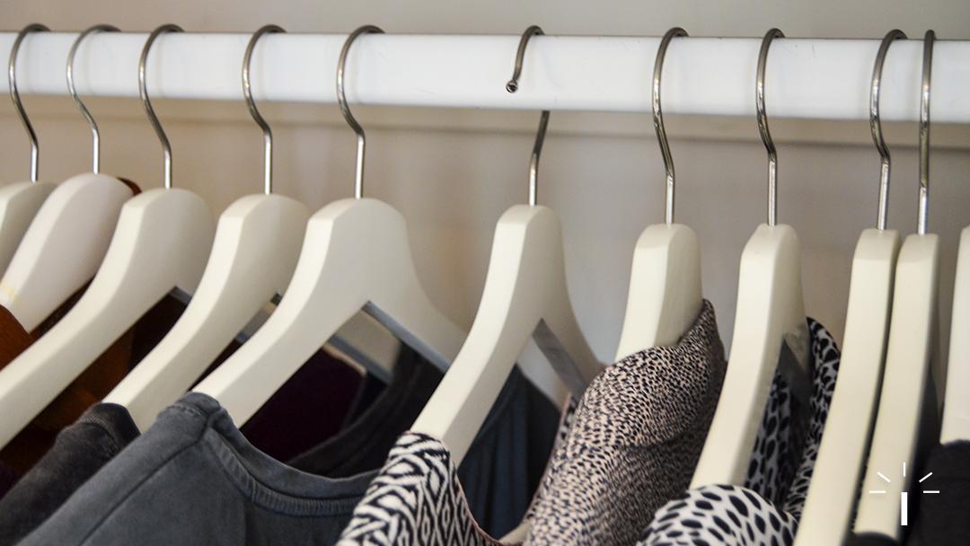 Je kledingkast opruimen in 6 stappen